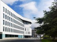 Edificio para jóvenes y mayores