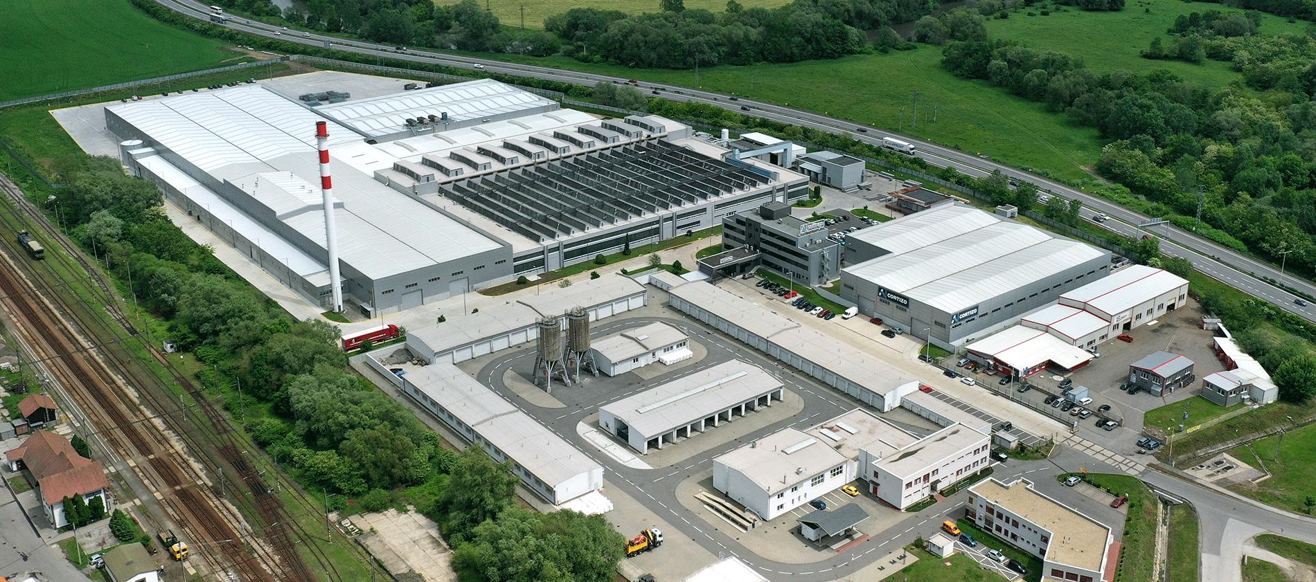 CORTIZO SLOVACIA CAPACITATE PRODUCTIVA 16.000 To/an  » 3 Prese de Extrudare » 2 Linii de Vositorie » Linii de Eloxare » 3 Centre de Mecanizare » Suprafata 32.000 m²