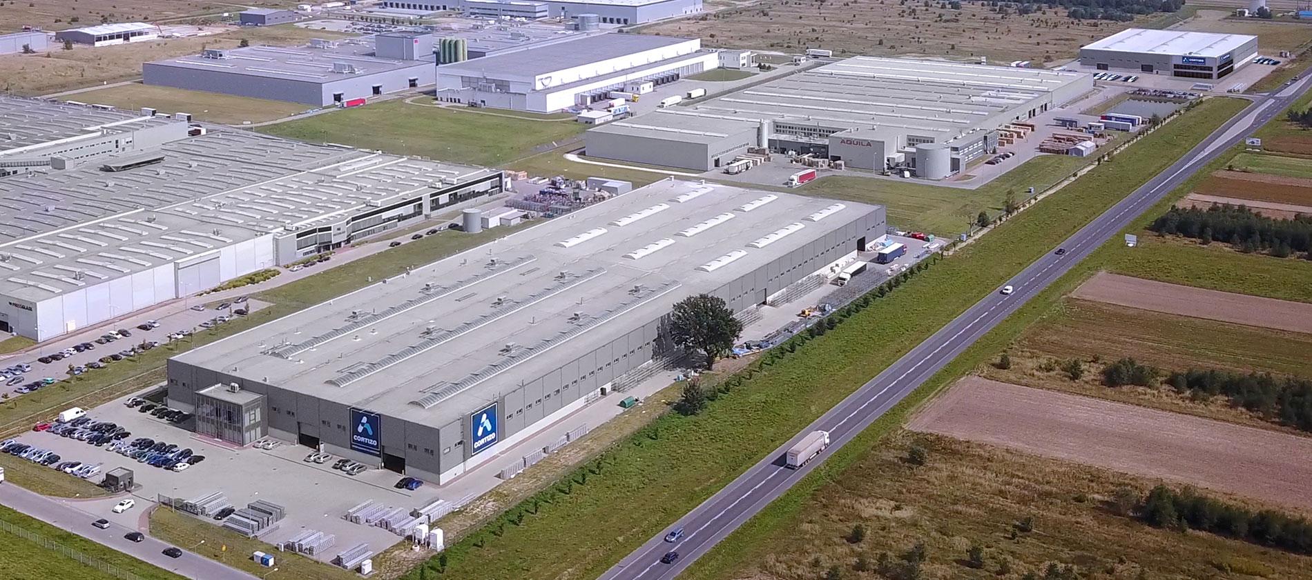 CORTIZO POLONIACAPACITA' PRODUTTIVA14.500 Tm/anno» 2 Presse d' Estrusione» Impianto di verniciatura» Impianto d'ossidazione» Centro di lavorazione meccanica» Superficie 29.000 m²