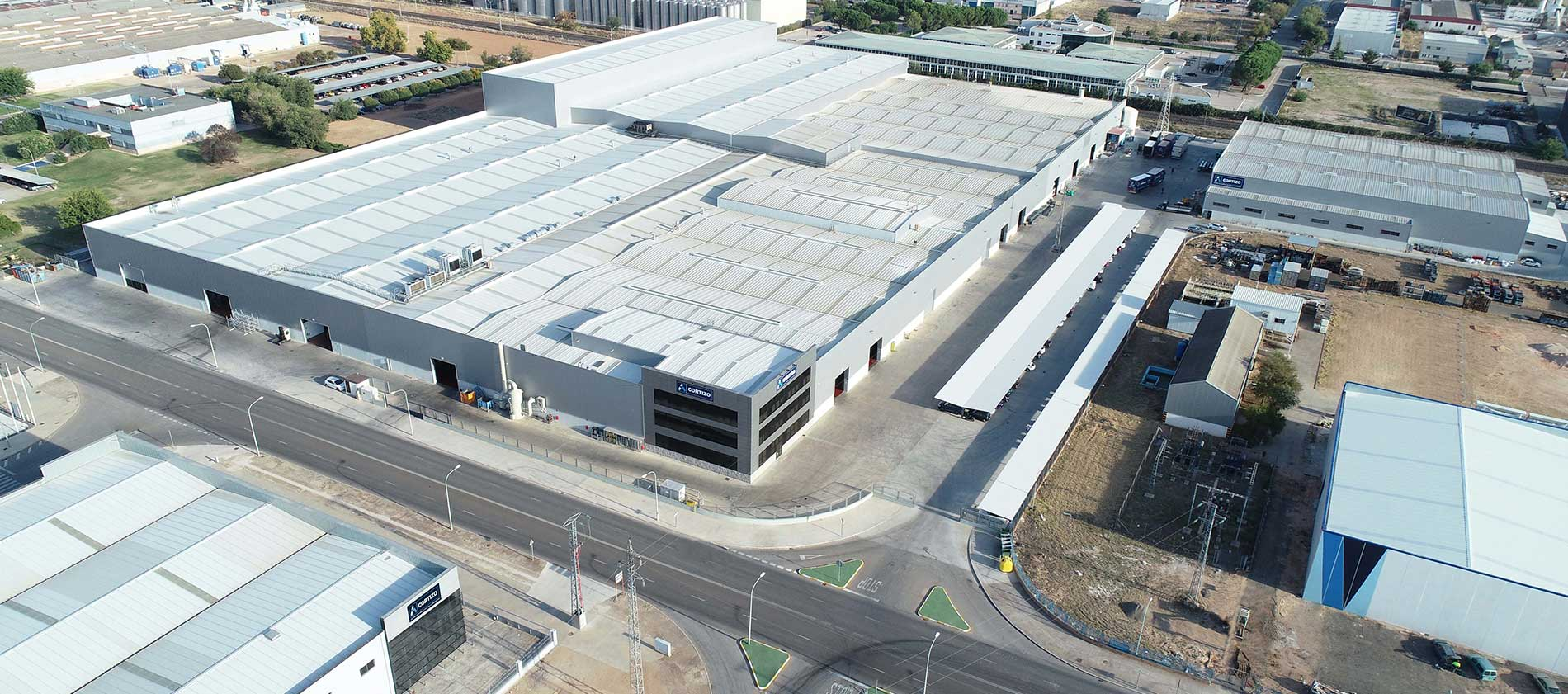 CORTIZO MANZANARES - CIUDAD REAL (ESPAGNE) CAPACITÉ DE PRODUCTION 6,000 t/an  Presse d'extrusion 3 Lignes de laquage Ligne d'anodisation 24.350 m² Couverts