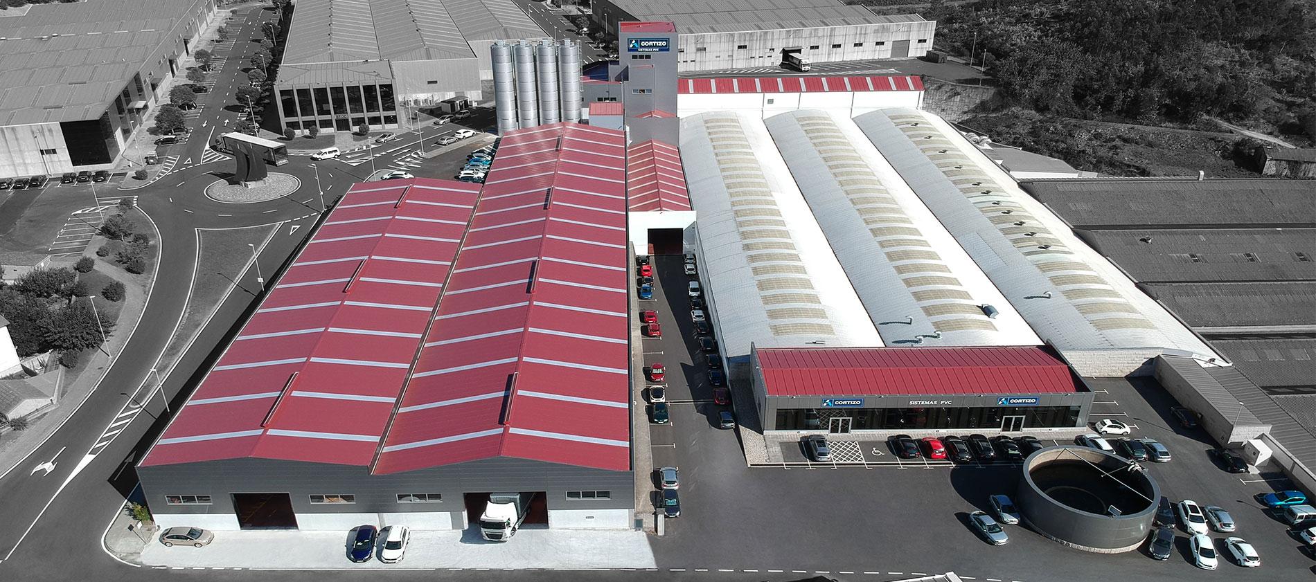 CORTIZO PVC - PADRÓN (ESPAÑA) CAPACIDAD PRODUCTIVA 30.000 t/año  » 10 líneas de extrusión » 14.800 m² cubiertos » 3.000 m² área de foliado climatizada » 1.750 m² área de logística » Almacén inteligente de perfiles de PVC y refuerzo con 3.000 jaulas » Almacén de herraje y accesorio » Planta de reciclado