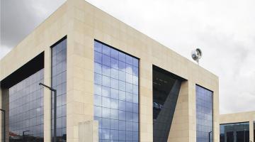 Edificios de oficinas para Quiter y C&C